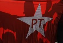 ARCHIVO - En esta imagen del 16 de agosto de 2015, manifestantes marchan en apoyo de la presidenta brasileña, Dilma Rousseff, y del Partido de los Trabajadores ante el Instituto Lula del expresidenteLuiz Inacio Lula da Silva, en Sao Paulo, Brasil. El segundo mandato de Rousseff se ha visto golpeado por un escándalo de corrupción creciente que afecta a políticos de su Partido de los Trabajadores, así como por los problemas económicos y monetarios y una inflación en alza. (AP Foto/Nelson Antoine, Archivo)