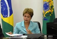 Presidenta Dilma Rousseff, assina  Medida Provisória do Programa de Proteção ao Emprego, durante reunião no Palácio do Planalto (Wilson Dias/Agência Brasil)
