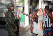 Vitória (ES) - Clima de tensão durante protesto de moradores em frente ao Comando Geral da Polícia Militar do Espírito Santo em Maruípe. Militares do Exército fazem a segurança da região (Tânia Rêgo/Agência Brasil)