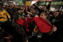 manifestantes rasgam bandeira do PT