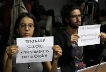 Brasília - Protesto durante audiência na Comissão de Assuntos Econômicos (CAE)   para discutir as consequências da Proposta de Emenda à Constituição (PEC) 55/2016 para as finanças públicas e para as políticas sociais. (Marcelo Camargo/Agência Brasil)