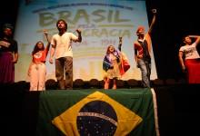 Rio de Janeiro - O ato Brasil pela Democracia, no Teatro Casa Grande, reúne manifestantes contra o processo de impeachment da presidenta Dilma Rousseff (Fernando Frazão/Agência Brasil)